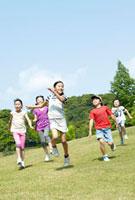 青空と緑の中を駆ける小学生たち 02336005949A| 写真素材・ストックフォト・画像・イラスト素材|アマナイメージズ