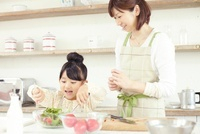 キッチンでボールにサラダを盛り付けている母親と女の子 02336005994| 写真素材・ストックフォト・画像・イラスト素材|アマナイメージズ