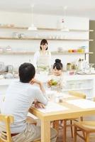 父親の待つテーブルへサラダを運ぶ女の子 02336006007| 写真素材・ストックフォト・画像・イラスト素材|アマナイメージズ