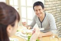 笑顔で食事している父親 02336006011| 写真素材・ストックフォト・画像・イラスト素材|アマナイメージズ