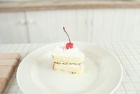 キッチンに置かれたカットされたケーキ 02336006055| 写真素材・ストックフォト・画像・イラスト素材|アマナイメージズ
