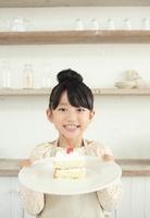 カットしたケーキののったお皿を差し出す女の子 02336006056| 写真素材・ストックフォト・画像・イラスト素材|アマナイメージズ