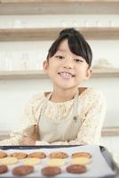 プレートに載ったクッキーを前に笑顔の女の子