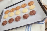 プレートに載った焼き上がったクッキー