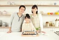 焼き上がったクッキーを前に笑顔の父母と女の子