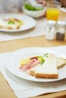 テーブルに置かれた朝食 02336006075| 写真素材・ストックフォト・画像・イラスト素材|アマナイメージズ