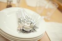 テーブルに置かれた食器