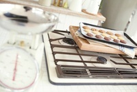 白い量りとプレートに載ったクッキー 02336006080| 写真素材・ストックフォト・画像・イラスト素材|アマナイメージズ