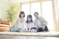 白いラグの上で座っている父母と女の子 02336006117| 写真素材・ストックフォト・画像・イラスト素材|アマナイメージズ