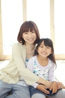 白いラグの上で座っている母親と女の子 02336006122| 写真素材・ストックフォト・画像・イラスト素材|アマナイメージズ