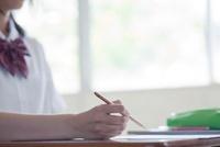 教室でノートをとる女子高生の手元