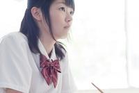 勉強する真剣な眼差しの女子高生