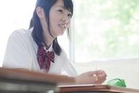 ノートをとる笑顔の女子高生 02336006193  写真素材・ストックフォト・画像・イラスト素材 アマナイメージズ