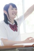 元気良く手を上げる笑顔の女子高生 02336006198  写真素材・ストックフォト・画像・イラスト素材 アマナイメージズ