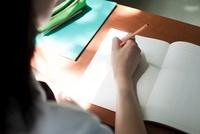 ノートをとる女子高生の手元 02336006212  写真素材・ストックフォト・画像・イラスト素材 アマナイメージズ