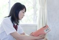 教室の窓際で勉強している女子高生 02336006214  写真素材・ストックフォト・画像・イラスト素材 アマナイメージズ