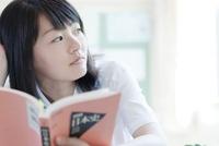教室の窓際で勉強している女子高生 02336006222  写真素材・ストックフォト・画像・イラスト素材 アマナイメージズ