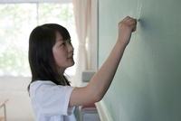 黒板に答えを書いている女子高生 02336006226  写真素材・ストックフォト・画像・イラスト素材 アマナイメージズ