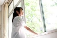 教室の窓から外を眺めている笑顔の女子高生 02336006229  写真素材・ストックフォト・画像・イラスト素材 アマナイメージズ