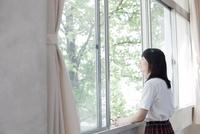 教室の窓から外を眺めている笑顔の女子高生 02336006240  写真素材・ストックフォト・画像・イラスト素材 アマナイメージズ