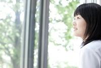 教室の窓から外を眺めている笑顔の女子高生 02336006241  写真素材・ストックフォト・画像・イラスト素材 アマナイメージズ