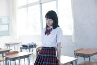 教室の机に寄りかかっている女子高生 02336006246  写真素材・ストックフォト・画像・イラスト素材 アマナイメージズ