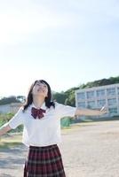 グラウンドで遊ぶ女子高生 02336006337  写真素材・ストックフォト・画像・イラスト素材 アマナイメージズ