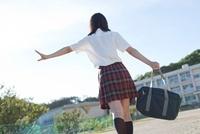 グラウンドで遊ぶ女子高生の後姿 02336006340  写真素材・ストックフォト・画像・イラスト素材 アマナイメージズ