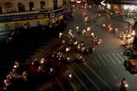 夜のハノイの街の道