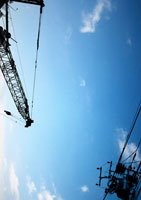空とクレーン車と電柱
