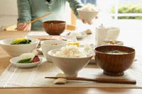 和の朝食を食べる女性