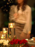 テーブルの上のキャンドルと女性のシルエット 02343000669| 写真素材・ストックフォト・画像・イラスト素材|アマナイメージズ