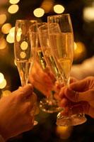 シャンパンで乾杯する手 02343000681A| 写真素材・ストックフォト・画像・イラスト素材|アマナイメージズ