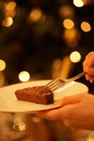 フォークをさした皿の上のチョコレートケーキ 02343000682A| 写真素材・ストックフォト・画像・イラスト素材|アマナイメージズ