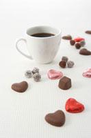 散らばったチョコレートとコーヒー