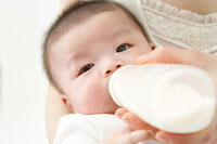 母親とミルクを飲む赤ちゃん 02343001292A| 写真素材・ストックフォト・画像・イラスト素材|アマナイメージズ