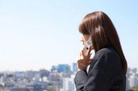 携帯電話をかける女性