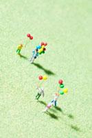 風船を持ったミニチュア人形