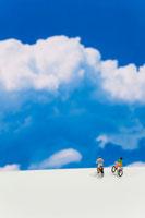 青空と自転車に乗った人の模型