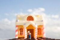 お菓子の家と女の子 02346000225| 写真素材・ストックフォト・画像・イラスト素材|アマナイメージズ