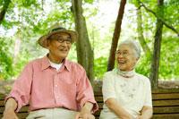 ベンチに座る日本人シニア夫婦