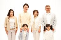 三世代家族 02347000524A| 写真素材・ストックフォト・画像・イラスト素材|アマナイメージズ