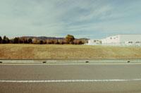 道路と工場と山並み 02348000053| 写真素材・ストックフォト・画像・イラスト素材|アマナイメージズ