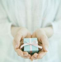 プレゼントを持つ手 02349000055| 写真素材・ストックフォト・画像・イラスト素材|アマナイメージズ