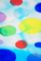 透明感のある色とりどりの水玉の集合