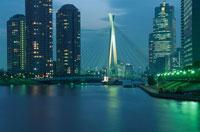 永代橋上からみる中央大橋と佃島のマンション群 02350000069| 写真素材・ストックフォト・画像・イラスト素材|アマナイメージズ