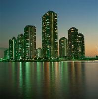 高層マンション群と中央大橋の夜景 02350000209| 写真素材・ストックフォト・画像・イラスト素材|アマナイメージズ