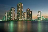 高層マンション群と中央大橋の夜景 02350000212| 写真素材・ストックフォト・画像・イラスト素材|アマナイメージズ