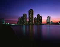 高層マンション群と中央大橋の夜景