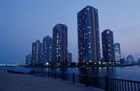 高層マンション群と中央大橋の夜景 02350000221| 写真素材・ストックフォト・画像・イラスト素材|アマナイメージズ